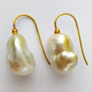 ER-95a Lustrous White Cream Pearls 18kt Gold